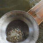 Goldsuchen: Erde vor dem Goldwaschen