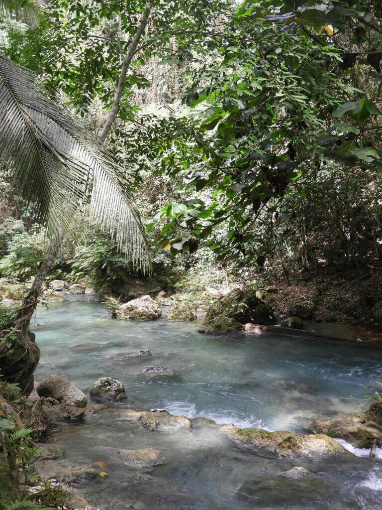 Fluss nach dem Wasserfall