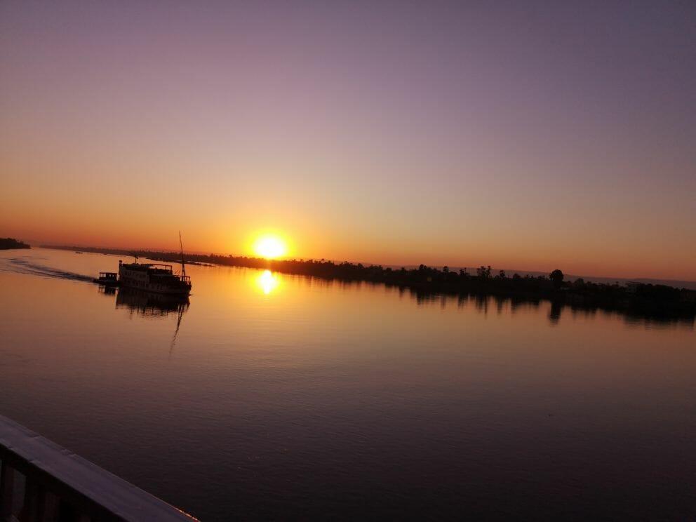 Sonnenuntergang mit Schiff auf dem Nil