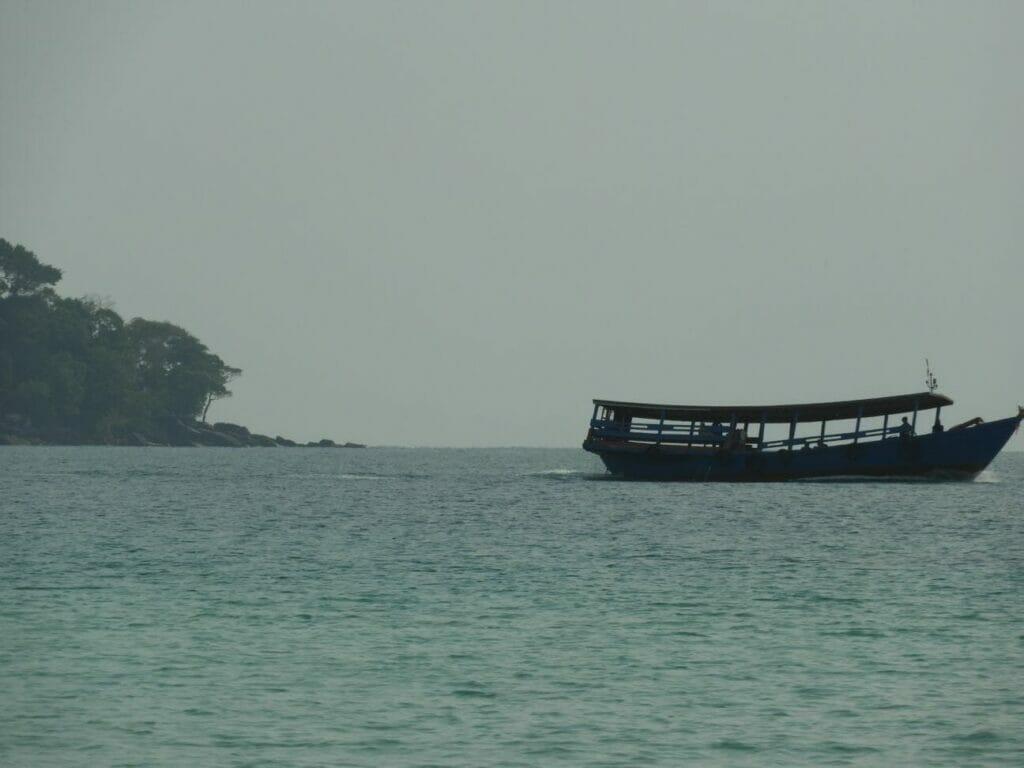 Schiff vor dem Strand